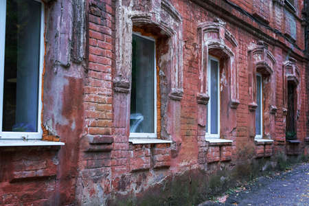 old red brick city building with white windows Standard-Bild