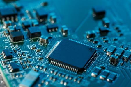 Placa de circuito electrónico de cerca. Procesador, chips y condensadores. Dentro de las computadoras Foto de archivo