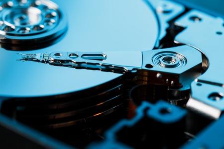 Demontierte Festplatte vom Computer, Festplatte mit Spiegeleffekt. Geöffnete Festplatte von der Computer-Festplatte mit Spiegeleffekten. Teil des Computer-PCs, Laptop.