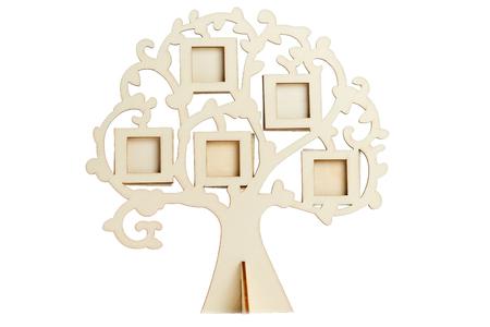 Marco de madera del árbol genealógico sobre un fondo blanco. Pequeños marcos en el árbol para toda la familia.