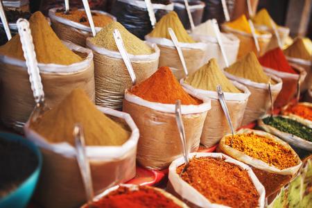 Spezie colorate indiane al mercato locale. Una varietà di spezie di diversi colori e sfumature, sapori e consistenze sulle bancarelle del mercato indiano INDIA