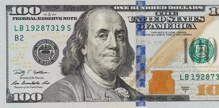 La denominazione cento dollari su sfondo bianco isolato. nuovo