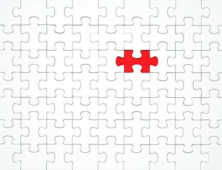Weiße Puzzleteile auf rotem Grund getrennt. Konzept für Unternehmen