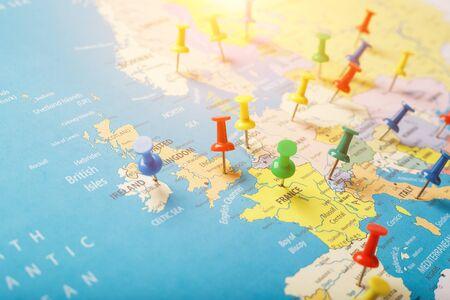 Wielokolorowe przyciski wskazują lokalizację i współrzędne miejsca docelowego na mapie kraju. Przycisk koncertu wskazuje kraje i miasta Europy