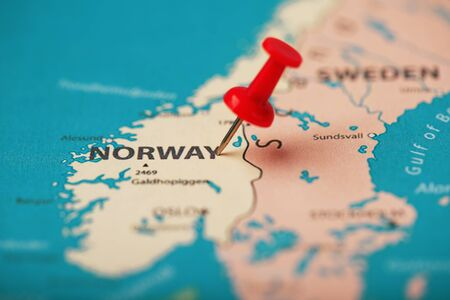 The red button indicates the location and coordinates of the destination on the map of the country of Norway. Concert button indicates the country and city of Norway Banco de Imagens