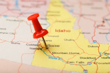 Red clerical needle on a map of USA, Idaho and the capital Boise. Closeup Map Idaho with Red Tack, US map pin Фото со стока - 128311957
