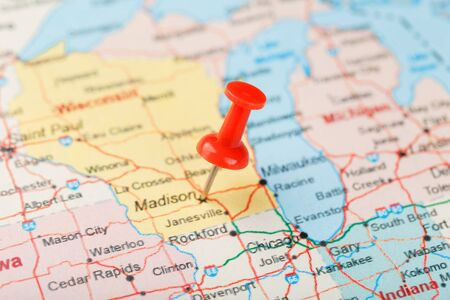 Red clerical needle on a map of USA, Michigan and the capital Lansing. Close up map of Michigan with red tack, United States map pin USA Standard-Bild