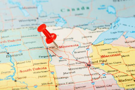 Red clerical needle on a map of USA, Minnesota and the capital Saint Paul. Close up map of Minnesota with red tack Imagens