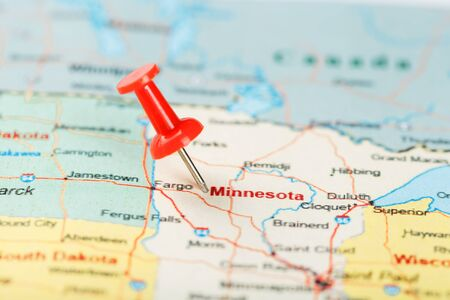 Red clerical needle on a map of USA, Minnesota and the capital Saint Paul. Close up map of Minnesota with red tack Standard-Bild