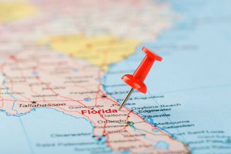 Red clerical needle on a map of USA, South Florida and the capital Tallahassee. Close up map of South Florida with red tack, United States map pin USA Фото со стока
