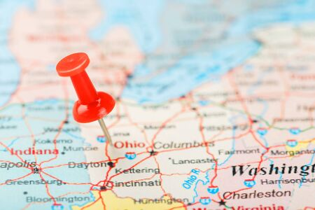 Red clerical needle on a map of USA, South Ohio and the capital Columbus. Close up map of South Ohio with red tack, United States map pin USA 스톡 콘텐츠
