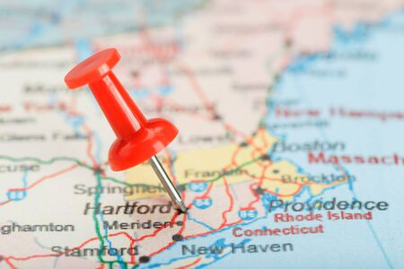 Red clerical needle on a map of USA, Connecticut and the capital Hartford. Close up map of Connecticut with red tack, United States map pin USA 免版税图像