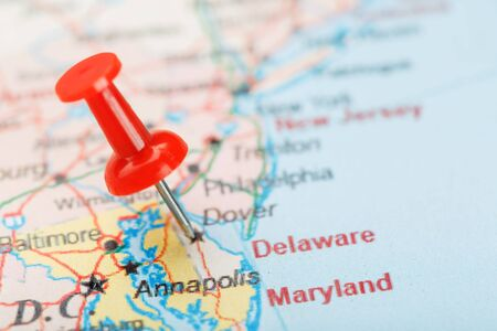 Red clerical needle on a map of USA, South Delaware and the capital Dover. Close up map of Delaware Carolina with red tack, United States map pin USA 版權商用圖片