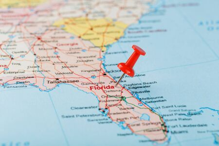 Red clerical needle on a map of USA, South Florida and the capital Tallahassee. Close up map of South Florida with red tack, United States map pin USA 免版税图像