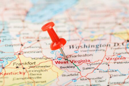 Red clerical needle on a map of USA, South West Virginia and the capital Charleston. Close up map of South West Virginia with red tack, United States map pin USA Фото со стока