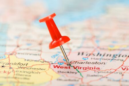 Red clerical needle on a map of USA, South West Virginia and the capital Charleston. Close up map of South West Virginia with red tack, United States map pin USA 免版税图像