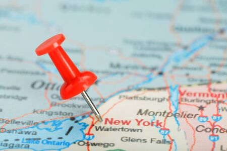 Red clerical needle on a map of USA, South New York and the capital Albany. Close up map of South New York with red tack, United States map pin USA Фото со стока