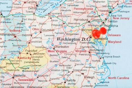 Aiguille de bureau rouge sur la carte des États-Unis, du sud de Washington, DC et de la capitale de Richmond. Close up map of DC avec red tack, map of United States USA