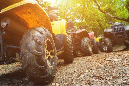 Un grupo de vehículos todo terreno en un bosque cubierto de barro. Ruedas y elementos de vehículos todo terreno en barro y arcilla. Ocio activo, deporte y turismo. Extremo
