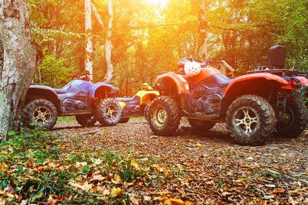 Un grupo de vehículos todo terreno en un bosque cubierto de barro. Ruedas y elementos de vehículos todo terreno en barro y arcilla. Ocio activo, deporte y turismo. Extremo Foto de archivo