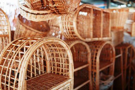 Meubles en osier faits à la main, produits et souvenirs au marché artisanal de rue. Paniers en osier dans un marché de rue