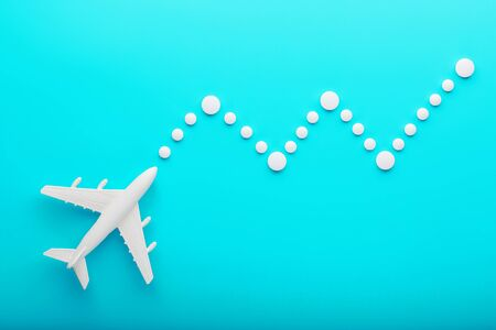 White plane on a blue background with a flexible and smooth trajectory of the route from white points. 版權商用圖片 - 133453750