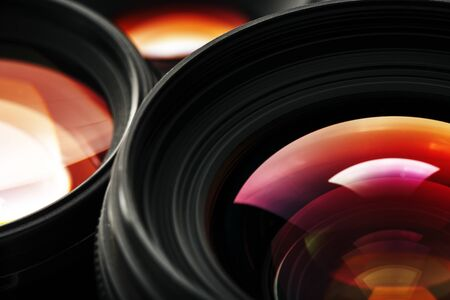 Una lente de cámara con una hermosa unidad óptica de primeros planos como sustrato. Macro en pantalla completa Foto de archivo