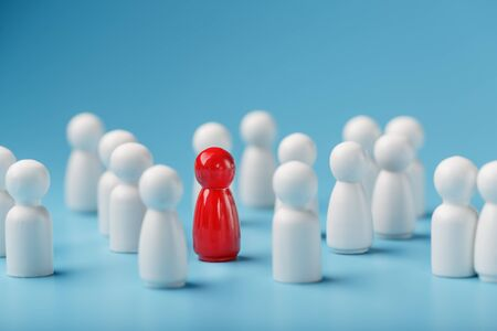 The leader of the red color stands among the crowd, a group of white employees. The concept of leadership. Many employees are drawn to their boss. Personnel selection. How to choose a leader from a crowd of employees. Banque d'images