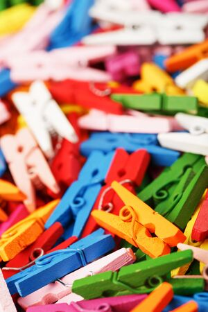 Colorful Wooden clothespins close-up as texture and background. Decorative clothespins for creativity and needlework. 免版税图像