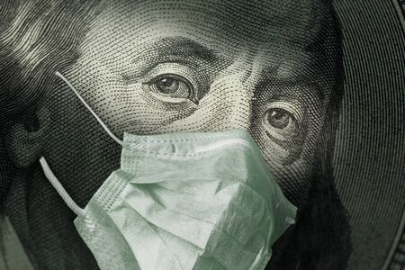 Porträt von Benjamin Franklin 100-Dollar-Scheine mit einer medizinischen Maske aus dem Coronavirus COVID-19. Der Ausbruch des COVID-Virus wirkt sich auf den globalen Aktienmarkt und die Wirtschaft aus. Das Konzept der Finanzkrise und Pandemien. Standard-Bild