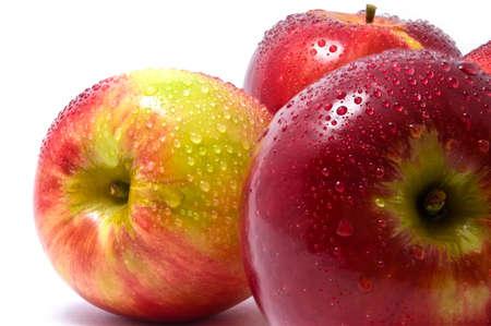 Три красные яблоки на белом фоне