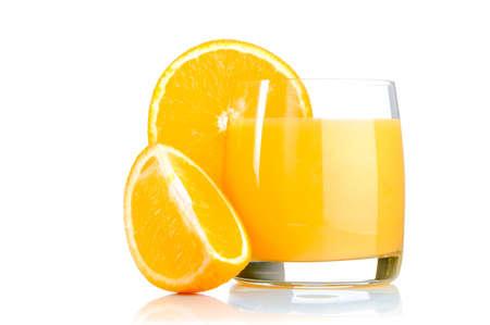 свежий апельсиновый сок в стакан на белом фоне