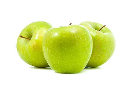 три зеленых яблока на белом фоне
