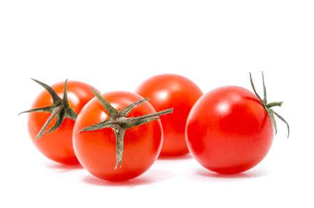 красные помидоры черри на белом фоне