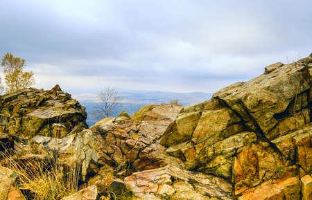 посмотреть со скалы в горах
