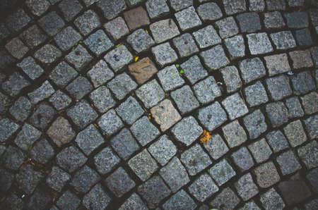 каменный тротуар абстрактный фон с зверскими камнями Фото со стока