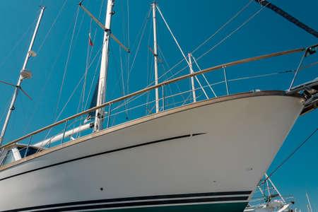 нос белого красивого пришвартован парусника в морском порту