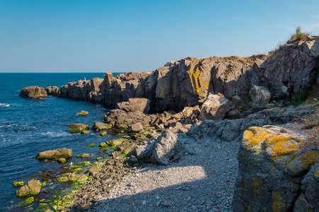 вид на море с каменной скалой в Созополе, Болгария