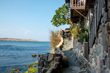вид на море с каменной стеной и лестницей в Созополе, Болгария Фото со стока