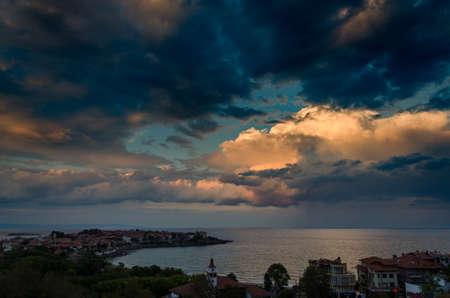 Драматические облака над морем на закате в Созополе, болгария Фото со стока