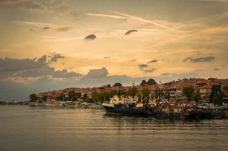 панорамный вечер вид на морской порт на закате в Созополе, Болгария