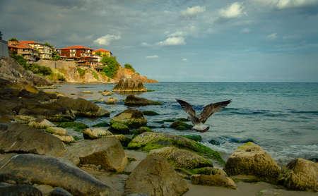 Старый город на скале скалы на берегу моря Фото со стока