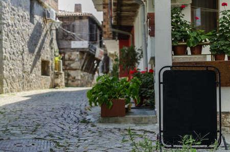 вид тихой улицы в старой деревне Средиземноморской с местом для вашего текста