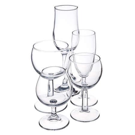 пустая стеклянная посуда на белом фоне