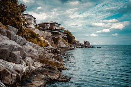 дома на скале скалы на берегу моря