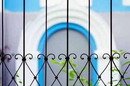 вид размытой синей арки через решетку в православном храме