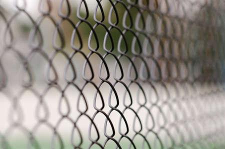 Забор звено цепи с размытым фоном и переднем плане
