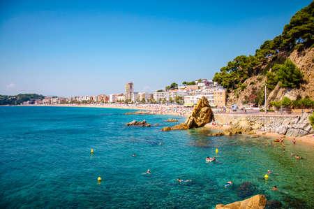 панорамный вид на побережье с рок скалы и город на фоне в Льорет-де-Мар, Каталония, Коста Брава, Испания Редакционное