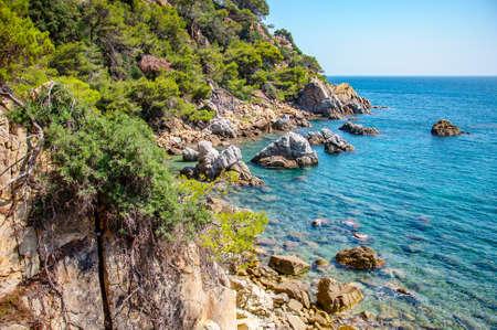 панорамный вид на побережье с рок скалы в Коста-Брава, Испания Фото со стока - 75670521