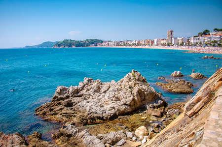 панорамный вид на побережье с рок скалы и город на фоне в Льорет-де-Мар, Каталония, Коста Брава, Испания Фото со стока